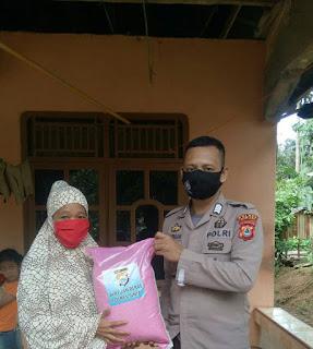 Bhabinkamtibmas Polsek Bulupoddo bersama Kepala Desa Bulutellue Salurkan Bantuan Beras Mabes  Polri