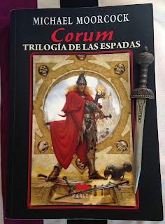 Portada de la edición ómnibus de la Trilogía de las espadas, de Michael Moorcock