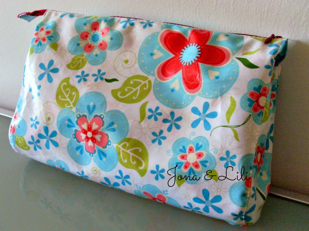 http://jonaetlili.blogspot.de/2014/07/tutorial-for-my-weekend-cosmetic-bag.html
