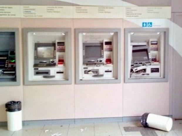 Bandidos explodiram dois caixas eletrônicos na madrugada desta quinta-feira (13), em Caetité  (Foto: Ederson Albert/ Site: Caetité Notícias )