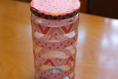http://manualidades.facilisimo.com/blogs/mas-manualidades/decorar-un-tarro-con-washi-tape_942608.html