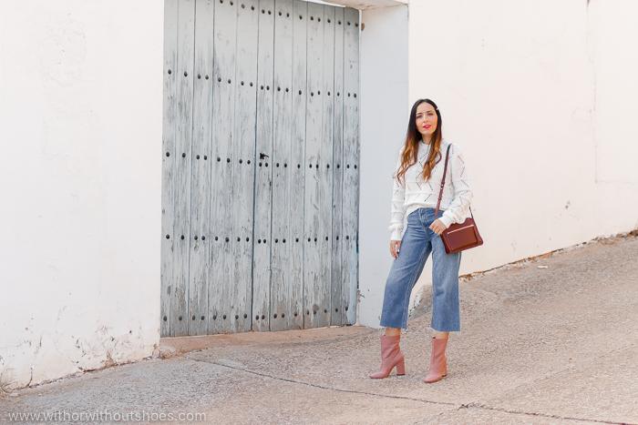 Cómo combinar unos botines rosas AGL: jersey blanco Revolve y jeans
