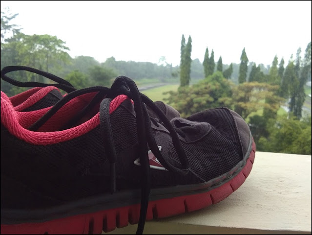 sepatu olahraga lari