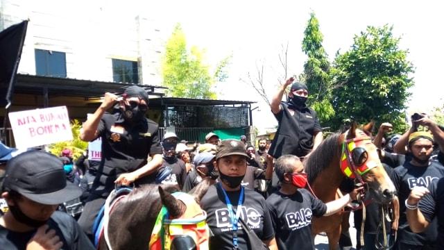 Naik Kuda Hitam, Penjahit Penantang Gibran Resmi Daftar di KPU Solo