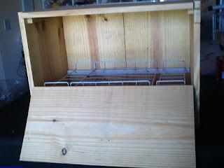 caixa com a porta aberta para mostras seu interior
