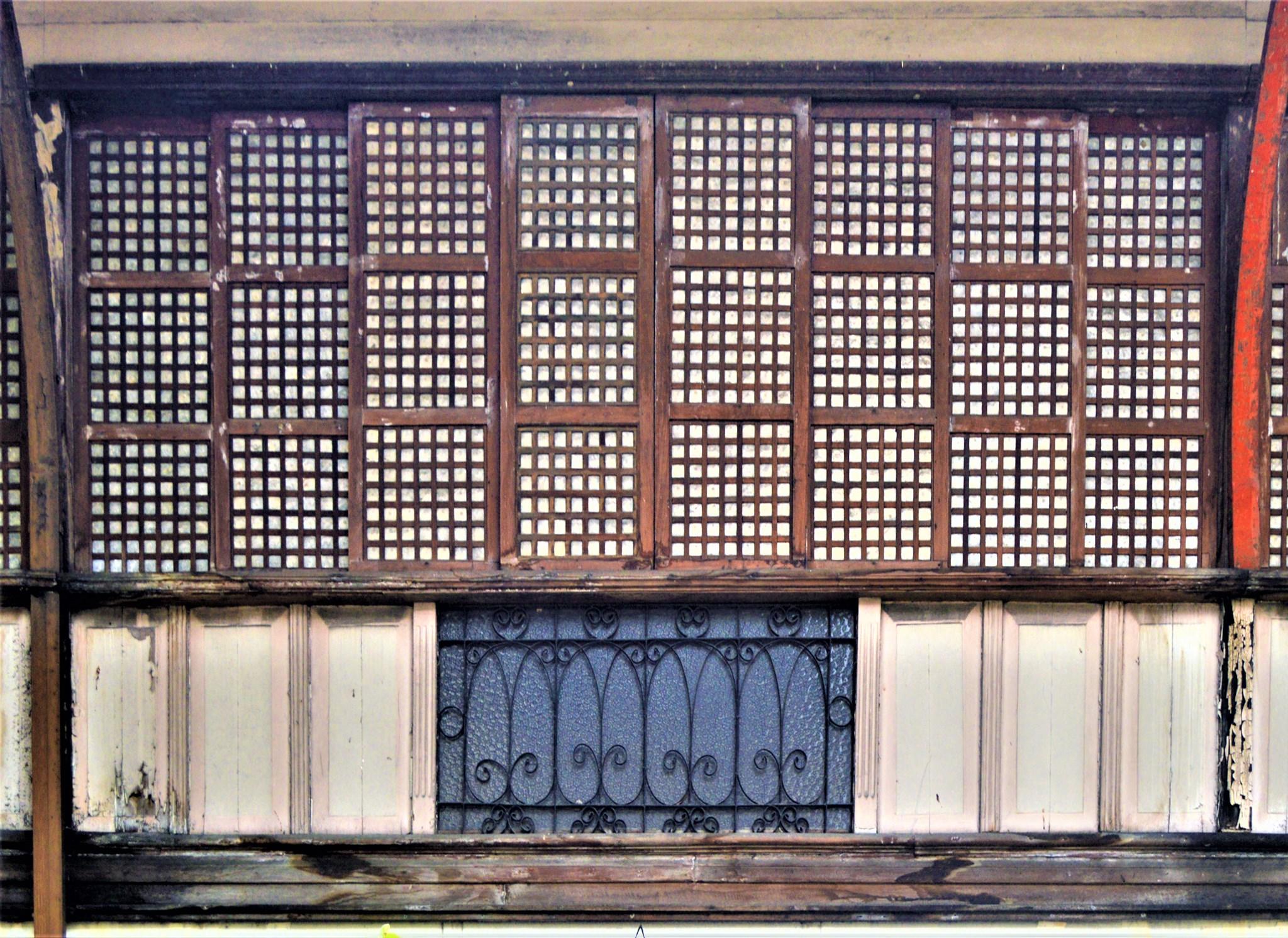 Sliding wooden-framed capis shell windows