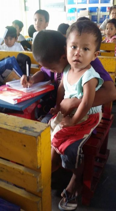 Niño de 9 años lleva a clases a su hermanito; se hace viral