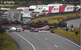 Arteris Régis Bittencourt informa sobre acidente no KM 562 no sentido sul da BR-116, em Barra do Turvo