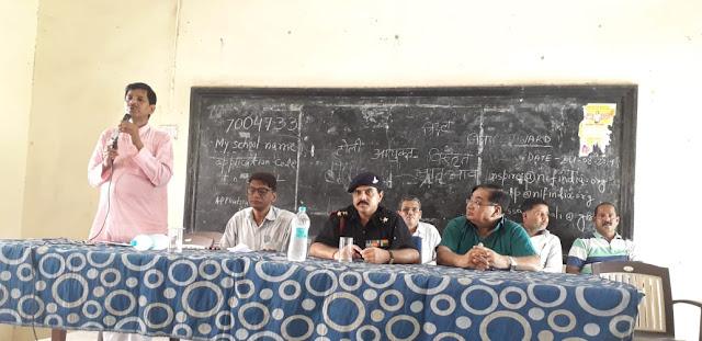 बच्चों के साथ संवाद कार्यक्रम में विद्यालय के कम्युनिटी हॉल में लेफ्टिनेंट कर्नल मनमोहन ठाकुर