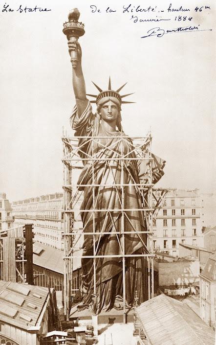 Bức tượng đang trong quá trình chế tạo vào năm 1884