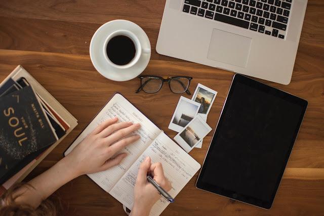 chica escribiendo, leyendo en su computadora, blogger