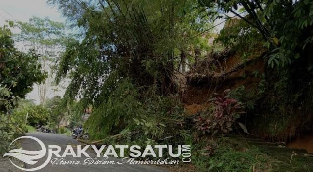 Material Longsor Tutup Jalan Menuju Gereja Toraja Jemaat Karerang Kesu'