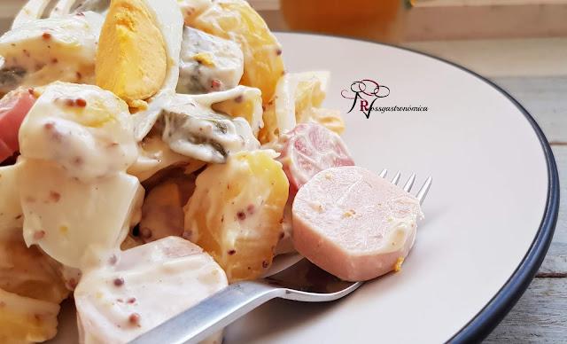 Ensalada alemana de patata con mayonesa de huevo frito