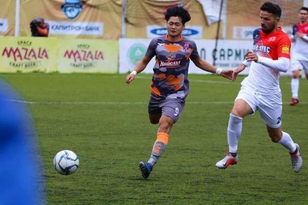 Atacante Paulinho Mingau jogando pelo Khaan Khuns Crown da Mongolia