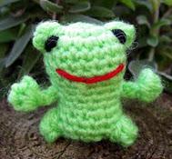 http://translate.google.es/translate?hl=es&sl=en&tl=es&u=http%3A%2F%2Flucyravenscar.blogspot.co.uk%2F2013%2F04%2Fmini-frog-free-amigurumi-pattern.html