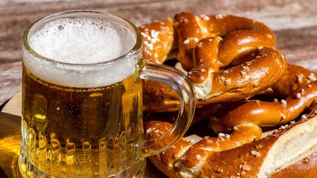 Bebida e aperitivo tradicionais no tour da cerveja por Berlim