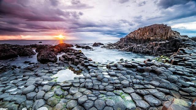 foto keren pantai giants causeway saat tenggelamnya matahari