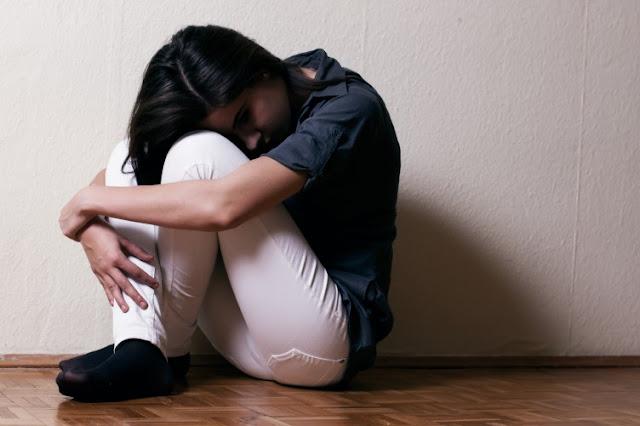 Comportamento autolesivo, automutilação, autoagressão, suicidio, menina se corta, deprimida, adolescente, lâmina, no braço, destrutivo, baleia azul, se morder, arrancar cabelo