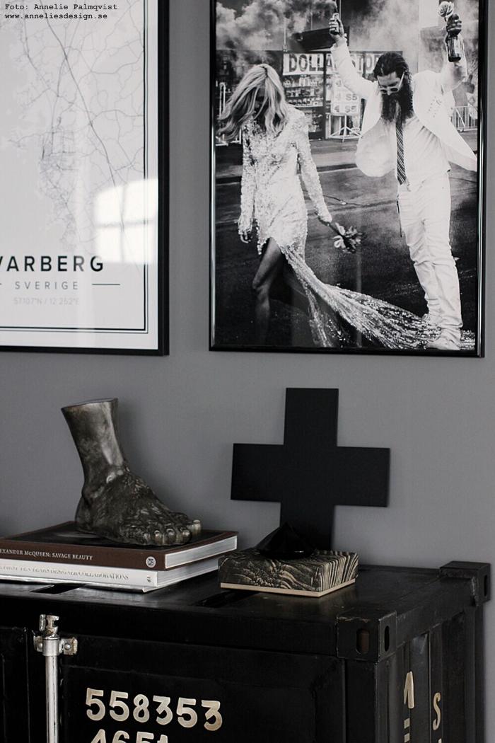 hercules fot, stor fot, fötter, dekoration, prydnad, annelies design, webbutik, webshop, nätbutik, inredning, vardagsrum, vardagsrummet, skänk, skåp, poster, posters, tavla, tavlor, tavelvägg, brudpar, varberg, karta, kartor, kors,