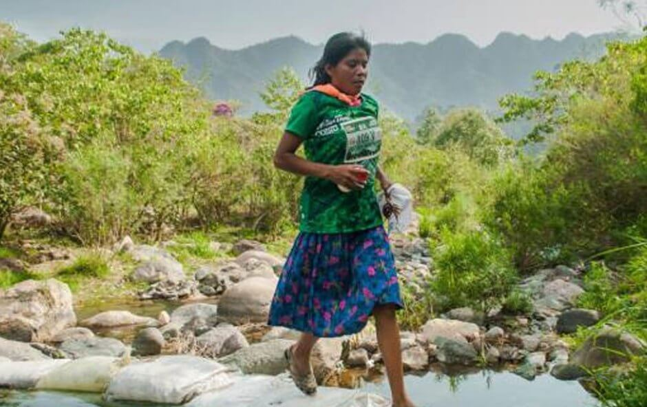 15 Pictures That Prove How Incredibly Powerful The Human Soul Can Be - Mexican Tarahumara woman won 50km race wearing skirt and sandals.