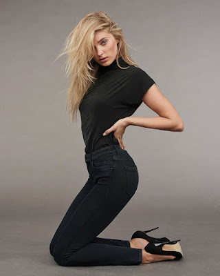 Model Seksi OOTD wanita swedia pakai Baju Kaos hitam dan celana jenas hitam