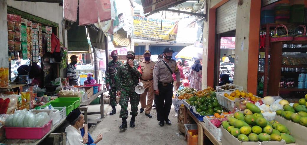 Kodim 0410/KBL bersama gugus tugas percepatan penanganan Covid-19 Kota Bandar Lampung laksanakan penegakan disiplin Protokes di pasar Tradisional.