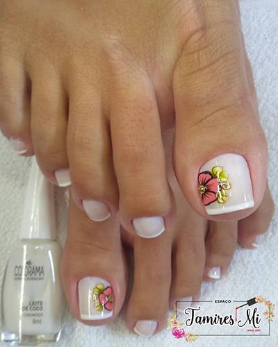 unhas dos pés com florzinhas lindas