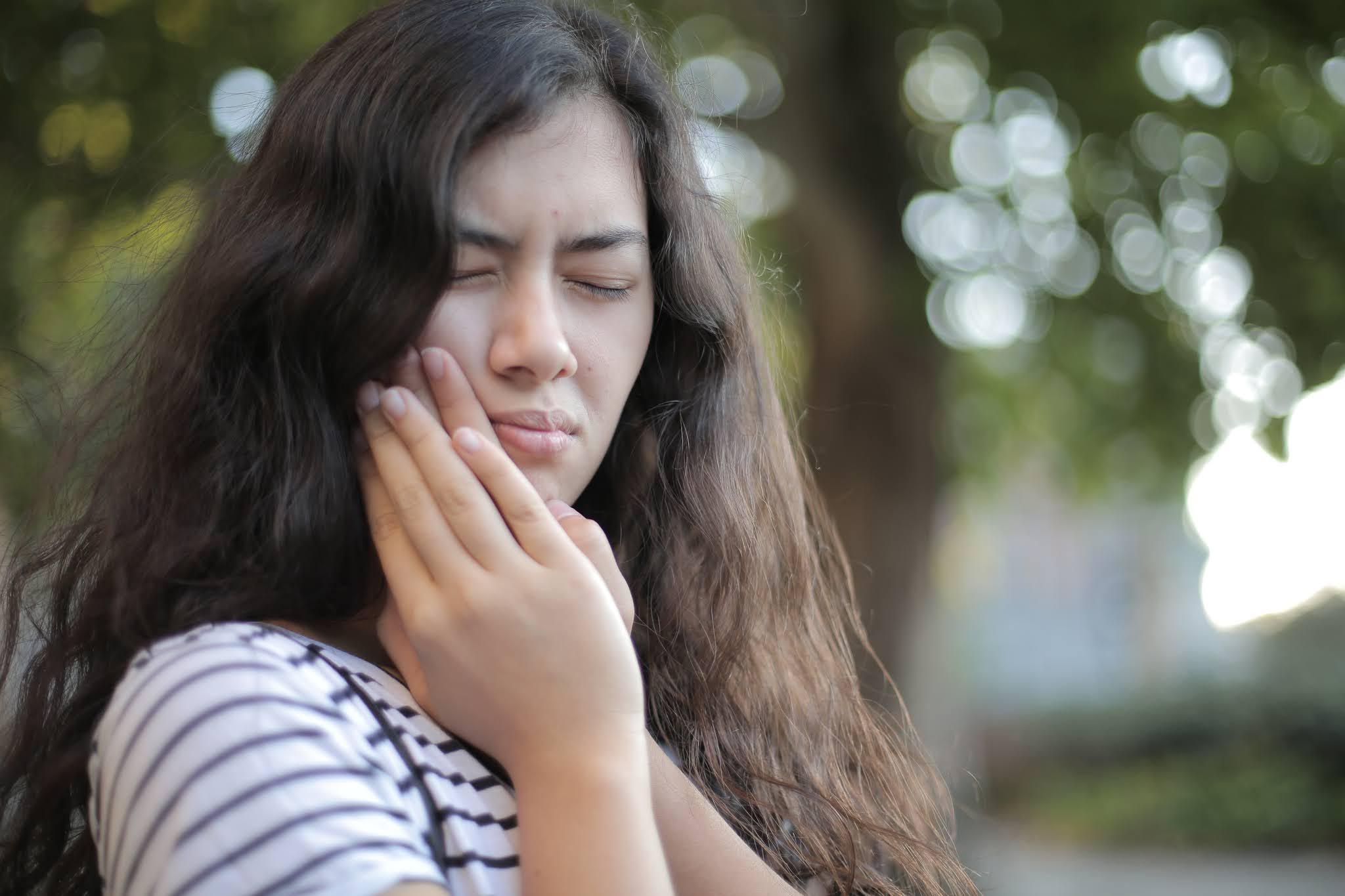 كيفية استخدام القرنفل للتخلص من ألم الأسنان