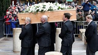 Στίβεν Χόκινγκ: Πλήθος κόσμου στην κηδεία του κορυφαίου αστροφυσικού - Θα ταφεί κοντά στον Νεύτωνα και το Δαρβίνο