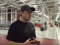 Elon Mask na proizvodstvennoy linii Tesla