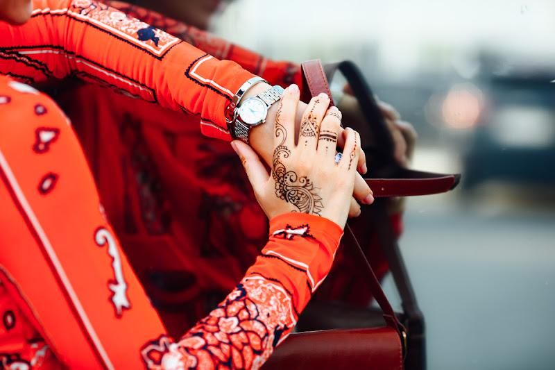 детали образа: часы, украшения, махенди