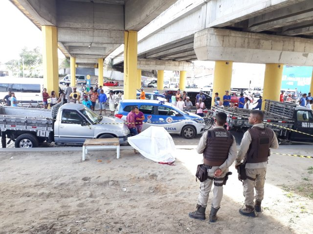 Motorista é morto a tiros embaixo do viaduto.