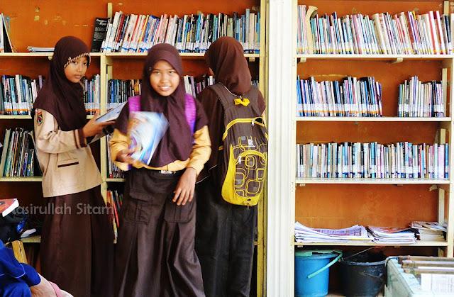 Para pengunjung Warung Baca Alun-alun Jepara