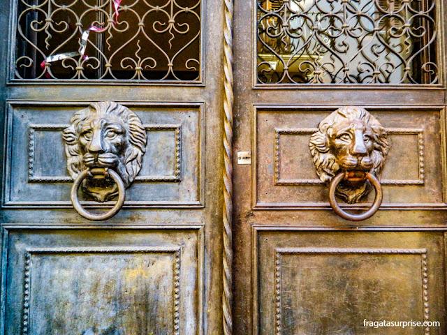 Porta antiga no Centro Histórico de Taormina