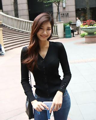 cewek mansi dan baju kaos hitamLee Hee Eun