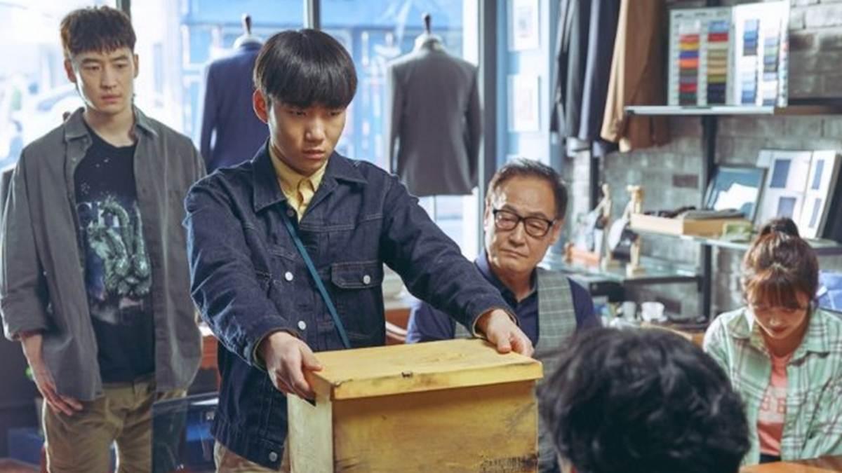 Geu Ru memberikan barang peninggalan nenek Yeong Sun