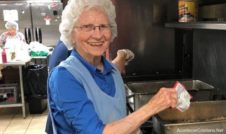 Phyllis Harper cocinando para los más necesitados