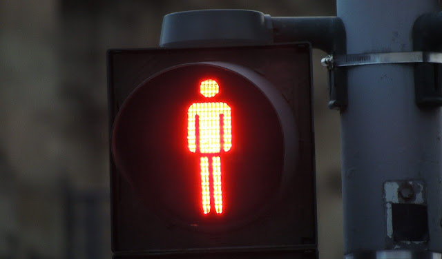 Semáforo en rojo que representa lo prohibido