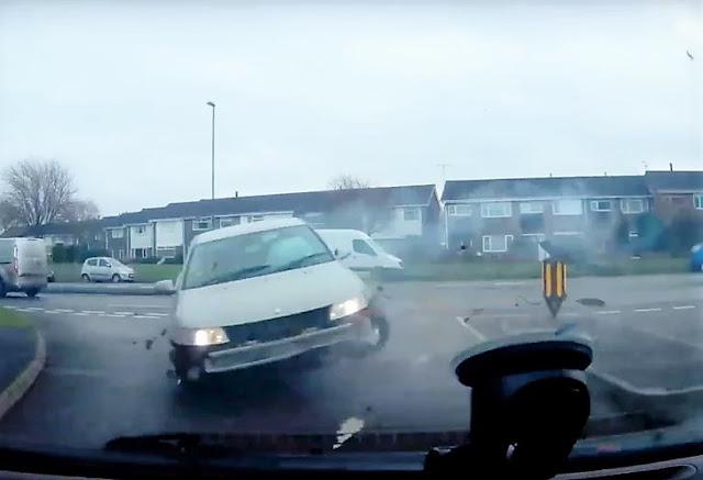 Ето как колата ви може да полети във въздуха на кръстовище (ВИДЕО)