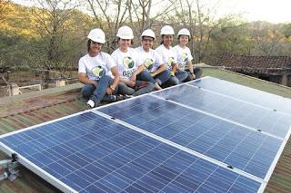 Mujeres elaboran paneles y cocinas solares