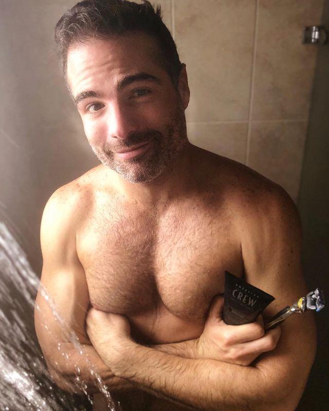 el torso de roberto manrique en la ducha