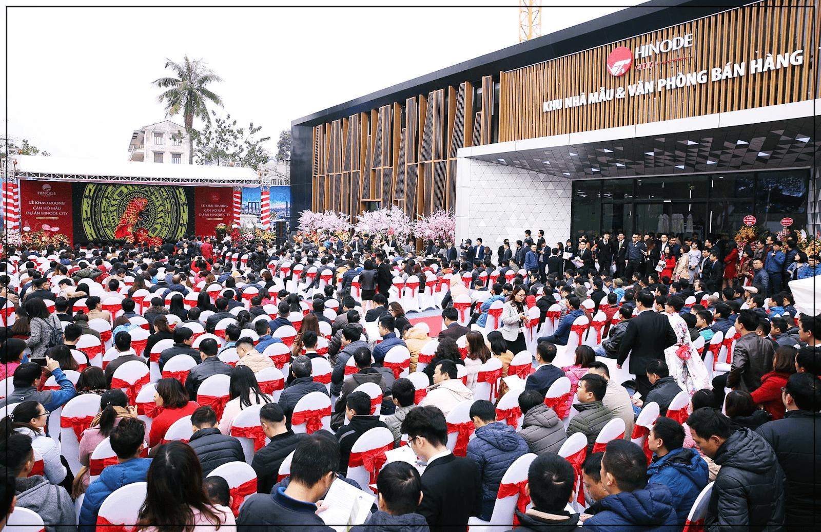 Khách hàng tham dự sự kiện mở bán Hinode City