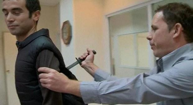 Reporter é esfaqueado em demonstração de colete