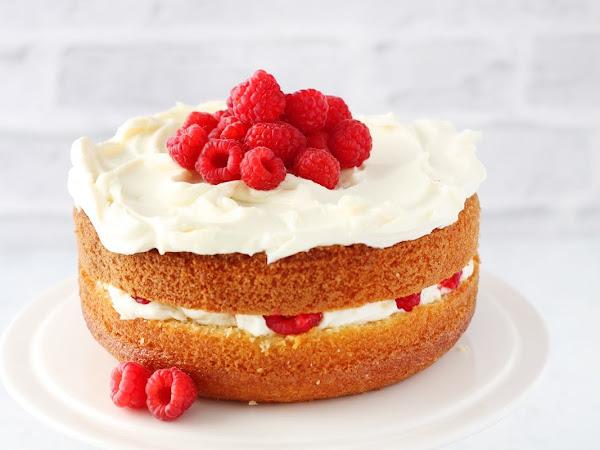 Hot milk sponge cake con cioccolato bianco e lamponi