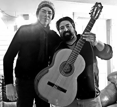 Músico y  guitarra de luthier - ANTILKO - Claudio Rojas