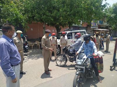 नगर उरई में लॉकडाउन के दृष्टिगत रेड जोन एरिया में पैदल गस्त कर चेकिंग की गयी  In view of the lockdown in Nagar Orai, checking was done on foot in Red Zone area.         संवाददाता, Journalist Anil Prabhakar.                 www.upviral24.in