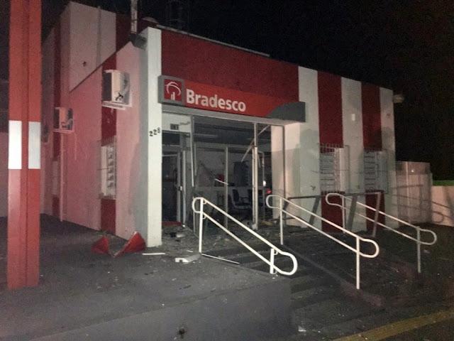 Criminosos explodem caixas eletrônicos de bancos em Fortaleza de Minas (Foto: Reprodução / Redes Sociais)
