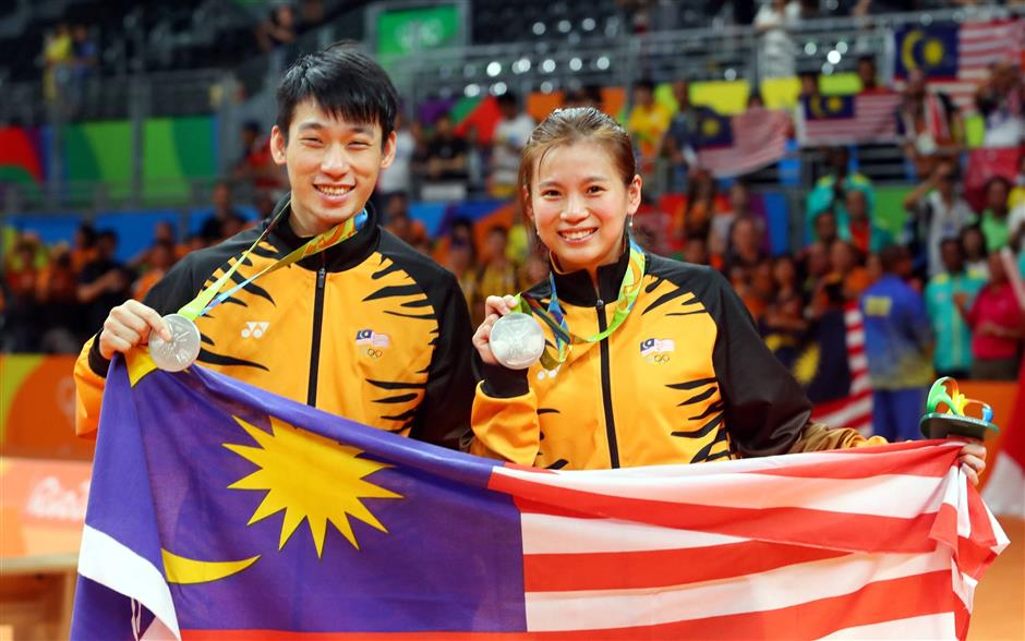 Goh Liu Ying with her mixed doubles partner Chan Peng Soon with their silver medal at the 2016 Rio Olympics.