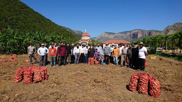 Κληρικοί στο Λεωνίδιο μάζεψαν πατάτες για τα Ιδρύματα της Μητροπόλεως Μαντινείας και Κυνουρίας