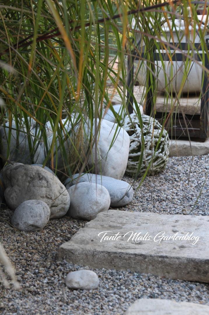 Kiesgarten mit Steinplatten